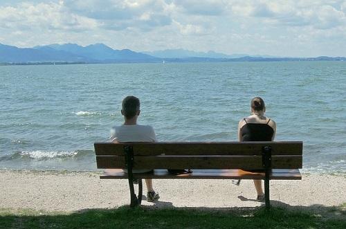 bench-187047_640